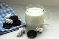 En kopp av mjölkar och choklade kakor, marschmelow arkivfoton