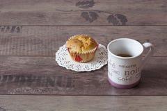 En kopp av offeen och muffin fotografering för bildbyråer