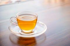 En kopp av parfymerat te på tabellen arkivbild