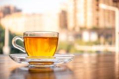 En kopp av parfymerat te på tabellen royaltyfria foton