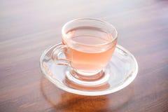 En kopp av parfymerat te på tabellen arkivfoton