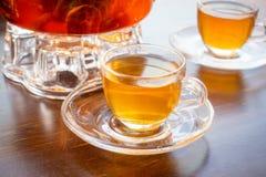 En kopp av parfymerat te på tabellen arkivbilder