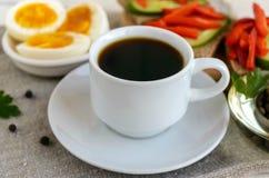 En kopp av starkt kaffe & x28; espresso& x29; , bantar närbilden och lätta frukosten Royaltyfria Foton