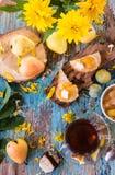 En kopp av svart te och driftstopp från päron på ett stycke av bröd Royaltyfri Fotografi