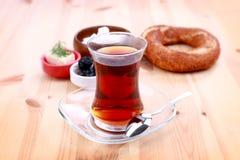 En kopp av turkiskt te Arkivfoton