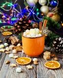En kopp av varm kakao för jul med ljus för ` s för nytt år för marshmallow och garneringar, selektiv fokus arkivfoton