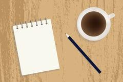 En kopp kaffe, en anteckningsbok och en blyertspenna på en tabell Royaltyfri Fotografi