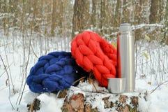 En kopp kaffe i skog Arkivfoton