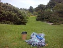 En kopp kaffe i trädgårdarna av Edinburg royaltyfri foto