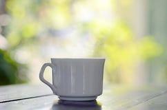 En kopp kaffe i trädgården Arkivbild