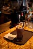 En kopp kaffe med is Arkivfoto