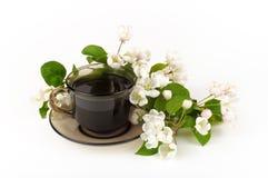 En kopp kaffe med blommor Royaltyfria Foton
