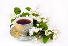 En kopp kaffe med blommor Royaltyfri Bild