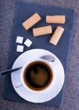 En kopp kaffe med dillandear på en kritiseraplatta Royaltyfri Fotografi