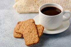 En kopp kaffe med gluten-fria kakor från sädesslag på cofen royaltyfria foton