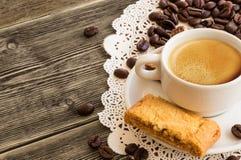 En kopp kaffe med kaffebönor fotografering för bildbyråer