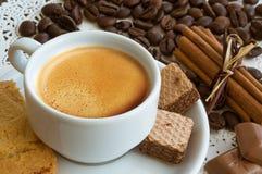 En kopp kaffe med kaffebönor royaltyfria bilder