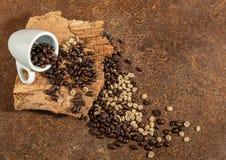 En kopp kaffe med kaffebönor Royaltyfri Foto