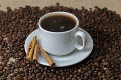 En kopp kaffe med kaffebönor royaltyfri fotografi