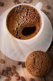En kopp kaffe med kakan royaltyfria bilder