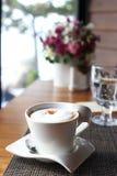 En kopp kaffe med mjölkar skum Arkivfoto