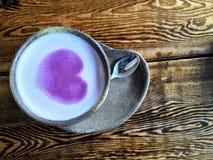 En kopp kaffe med Purple Heart arkivbild