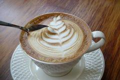 En kopp kaffe med skumgarnering Arkivbilder