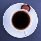 En kopp kaffe med tryffelgodisen Arkivfoton