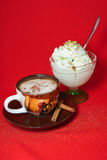 En kopp kaffe och en glass Royaltyfri Foto
