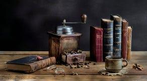 En kopp kaffe och gamla böcker Royaltyfri Bild