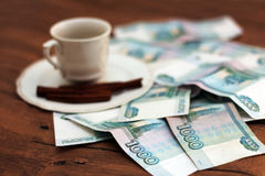 En kopp kaffe och pengar Royaltyfria Foton