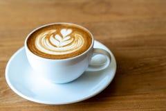 En kopp kaffe på den gamla trätabellen i kafékaffeavbrott i morgon arkivbild