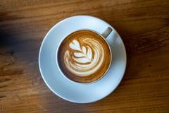 En kopp kaffe på den gamla trätabellen i kafékaffeavbrott i morgon fotografering för bildbyråer