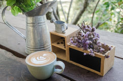 En kopp kaffe på den wood tabellen Arkivbilder