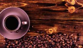 En kopp kaffe på en träbakgrund med utrymme för din text Arkivbilder