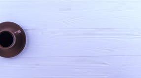 En kopp kaffe på en vit träbakgrund Arkivfoton