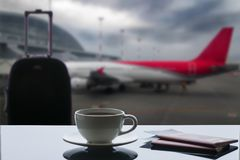 En kopp kaffe på flygplatsen royaltyfri foto
