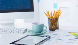 En kopp kaffe på kontorstabellen royaltyfria foton