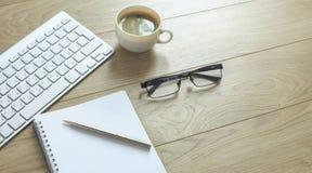 En kopp kaffe på kontorstabellen fotografering för bildbyråer