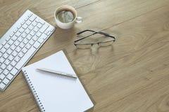 En kopp kaffe på kontorstabellen arkivfoton