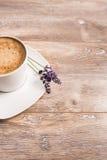 En kopp kaffe på träbakgrund Royaltyfria Foton
