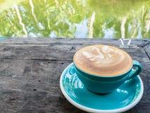En kopp kaffe på trätabellen royaltyfri foto