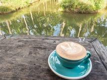 En kopp kaffe på trätabellen royaltyfri fotografi
