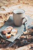 En kopp kaffe, sockrar och metallskeden, kex som strilas med socker på en servett Royaltyfri Bild