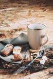 En kopp kaffe, sockrar och metallskeden, kex som strilas med socker på en servett Royaltyfri Fotografi