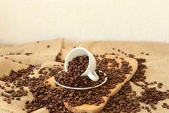 En kopp och kaffebönor Royaltyfri Bild