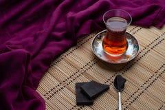 En kopp te med choklad royaltyfri foto