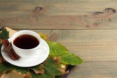 En kopp te med en bok Arkivfoto