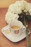 En kopp te med en bukett av vanliga hortensian arkivbilder