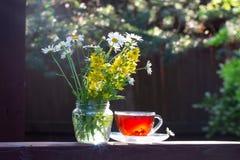 En kopp te och en bukett av lösa blommor i solnedgångljuset swallowtail f?r sommar f?r fj?rilsdaggr?s solig Ingenting mer eller m royaltyfri foto